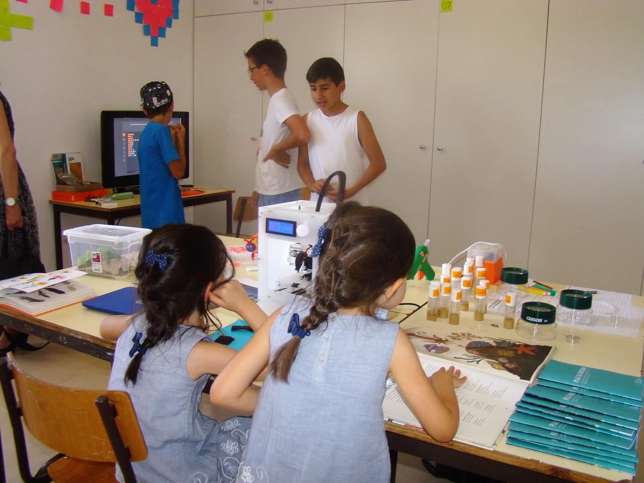 Bezoekers van de plaatselijke gemeenschap verkennen de makerspace van het Open Science Centre: Plataforma de Ciência Aberta.