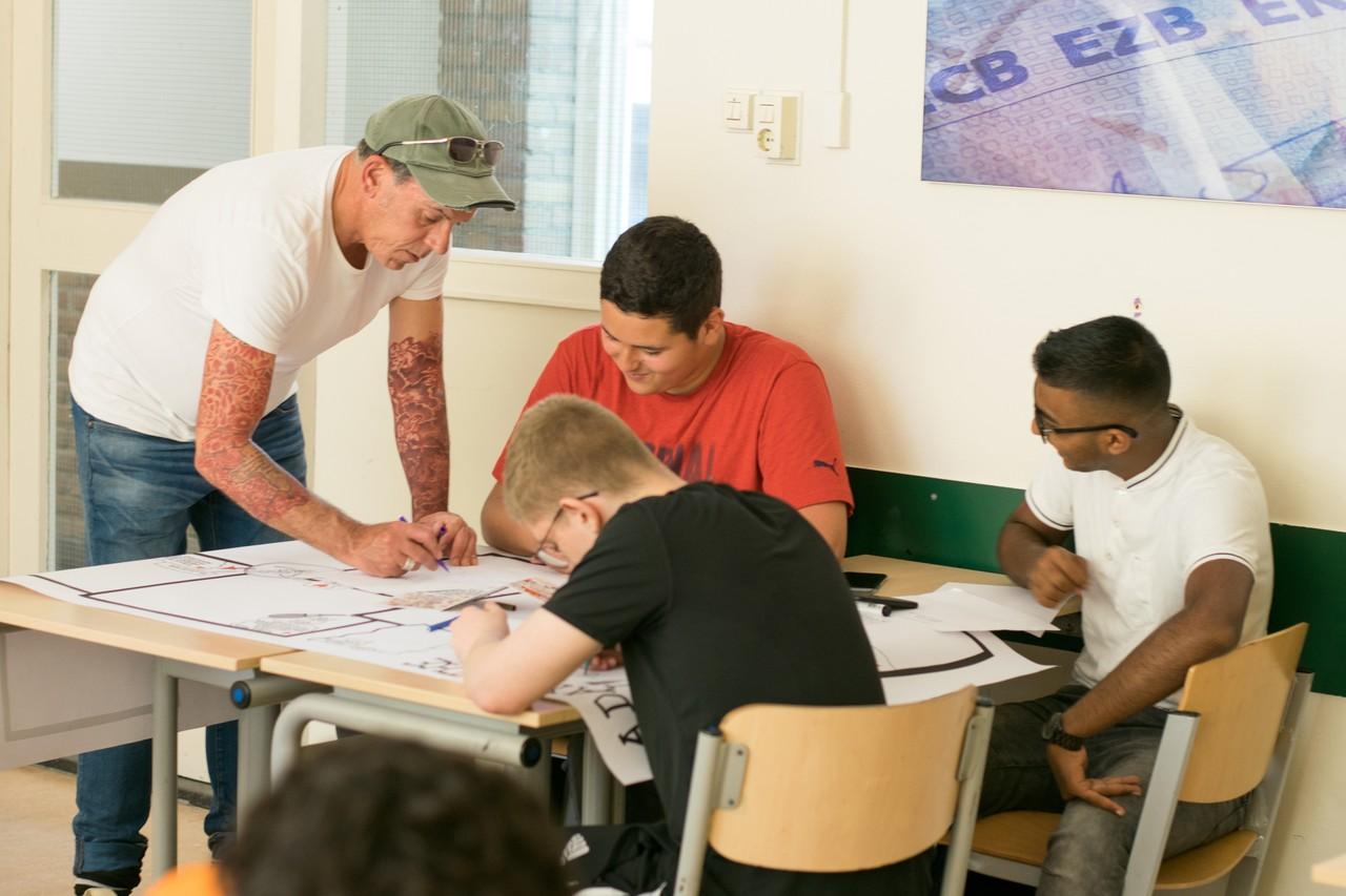 Kunstenaar Edwin Stoop helpt de leerlingen op weg met hun tekeningen